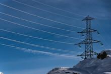 Strommast Vor Schneebedecktem Berg Und Blauem Himmel