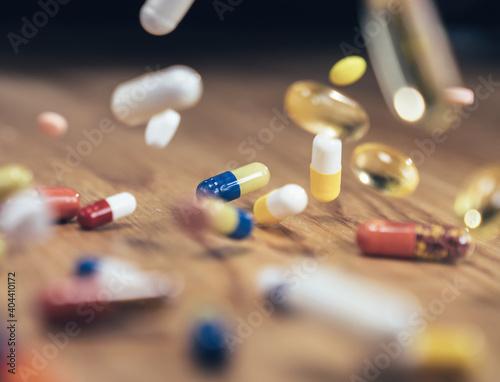 Billede på lærred Close-up Of Capsules And Pills Falling On Table
