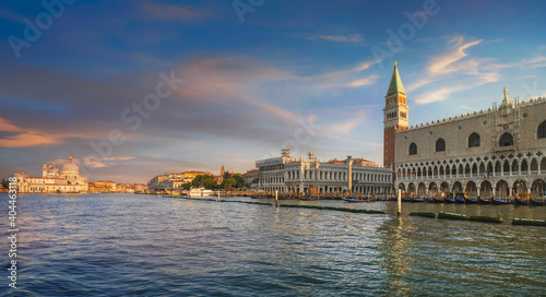 Papel de parede Venice landmark at dawn, Piazza San Marco with Campanile and Doge Palace