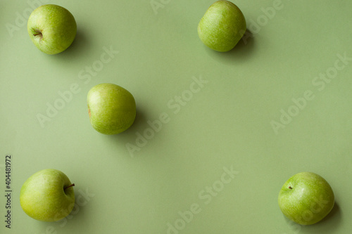 Fotografia Directly Above Shot Of Granny Smith Apple On Green Background