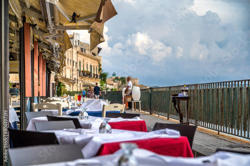 Leere Restaurants an der Uferpromenade von Ortygia auf Sizilien Fototapet
