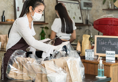 Papel de parede Waitress with face mask prepare order for curbside pick up and takeout