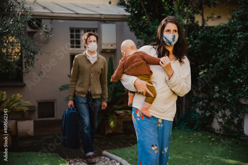 Canvas Print Young family with small child leaving their holiday accommodation - People weari