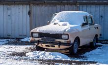Alter Oldtimer Mit Schnee Aus Dem Ostblock