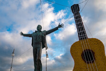 Estatua Homenaje Al Cantante Y Compositor De Polignano Al Mare, Puglia, Sur De Italia, Domenico Modugno.