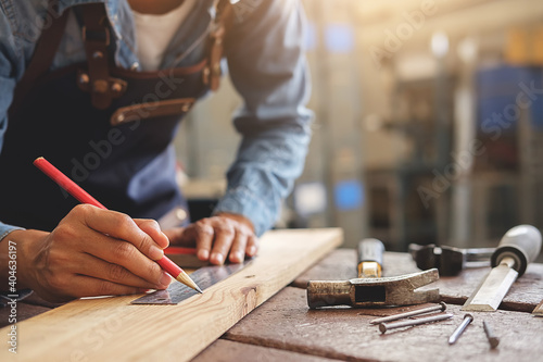 Papel de parede Midsection Of Carpenter Working At Workshop