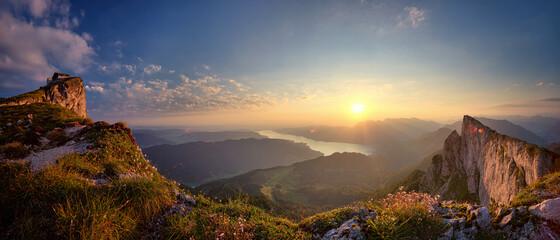 Panoramski pogled na planine s neba tijekom zalaska sunca
