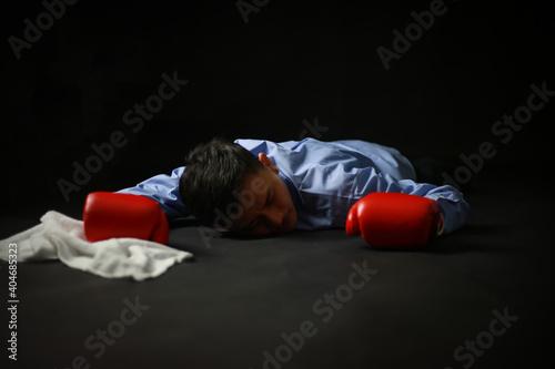 倒れたグローブを着けた男性社員 Fototapet