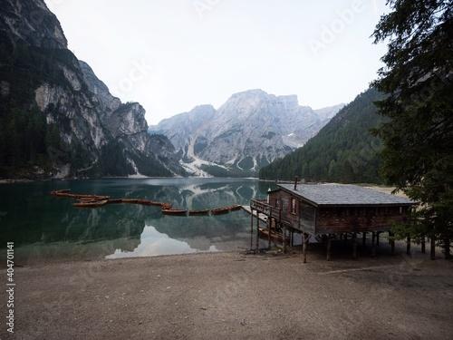 Foto Panorama reflection boat house of Lago di Braies Pragser Wildsee alpine mountain