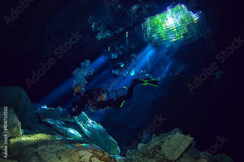 Fotografia diving in the cenotes, mexico, dangerous caves diving on the yucatan, dark caver