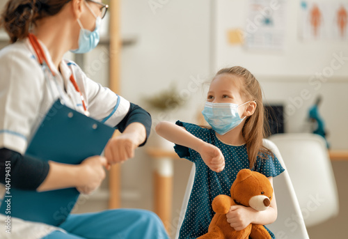 Photo Doctor and child wearing facemasks