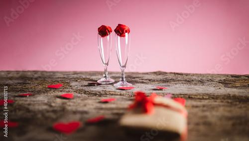 Leinwand Poster Coppia di bicchieri di champagne su tavola in legno antico