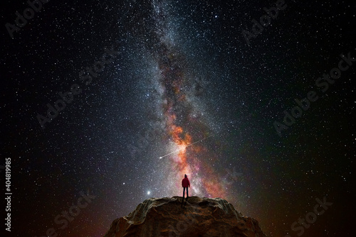 Canvas Print Man on top of a mountain observing the universe