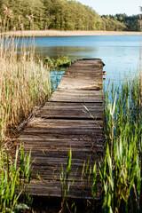 Zrujnowany pomost nad warmińskim jeziorem