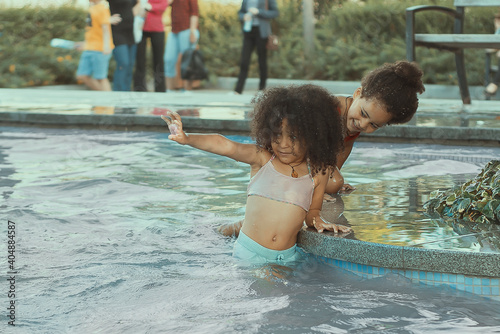 Obraz Cute Girls Playing In Swimming Pool - fototapety do salonu