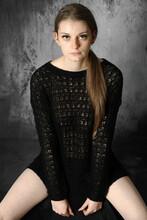 Junge Hübsche Schlanke Frau Posiert In Strickpullover Im Studio