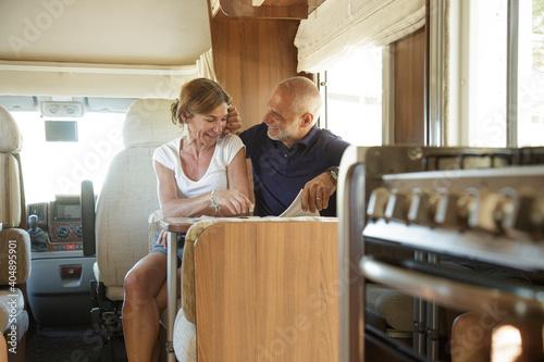 Fotografie, Obraz Coppia di marito e moglie si rilassa seduti nel dentro il proprio camper