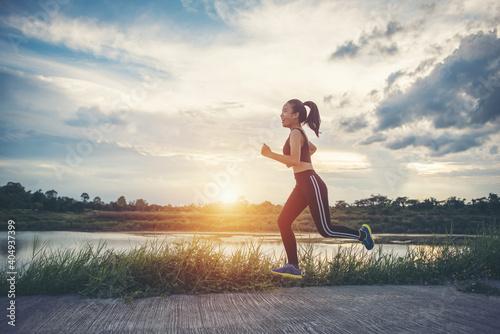 Canvastavla Full Length Of Girl Running On Footpath Against Sky