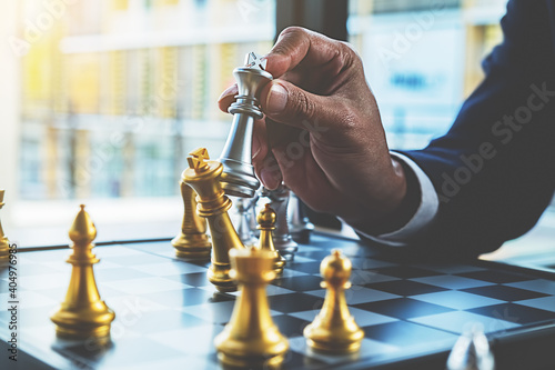Foto Cropped Hand Of Businessman Playing Chess On Desk In Office