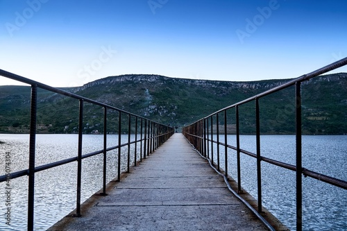 Canvas-taulu Empty Footbridge Over Lake