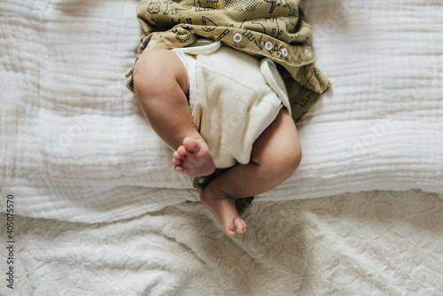 Fototapeta 布オムツを履いた赤ちゃんのアップ obraz