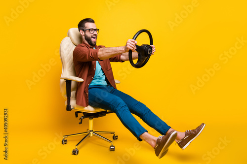 Canvastavla Full length body photo of playful crazy man in chair holding steering wheel pret
