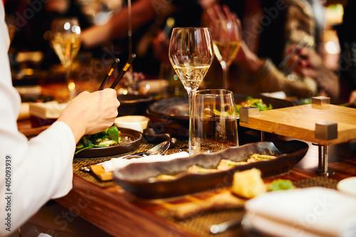 Fotografia Luxury served evening banquet at modern restaraunt