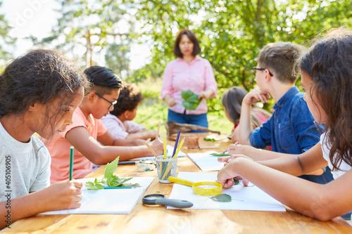 Children draw plants in creative art class - fototapety na wymiar