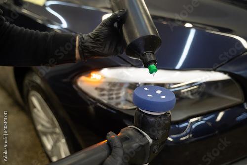 Canvastavla Detailing master applies car polish paste to the polisher