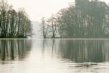 Fototapeta Fototapety do łazienki - jezioro w Straszynie w marcu, odbicie w tafli jeziora