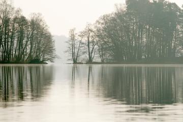 jezioro w Straszynie w marcu, odbicie w tafli jeziora