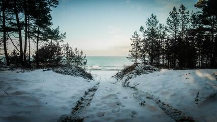 Zejście zimowe na plażę