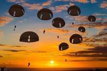 Parachutistes Au-dessus De La Mer, Soleil Couchant