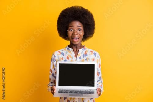Fotografering Photo of impressed dark skin lady dressed casual outfit holding modern gadget em