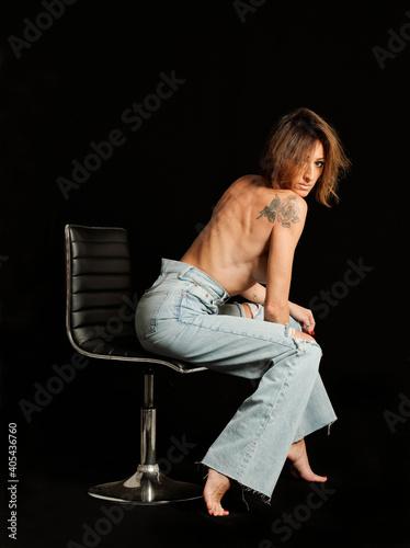 Obraz na plátně Donna con jeans su sfondo nero