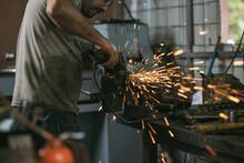 Hombre Con Gorra Trabajando En Un Taller De Mecánica Y Precisión En Un Torno