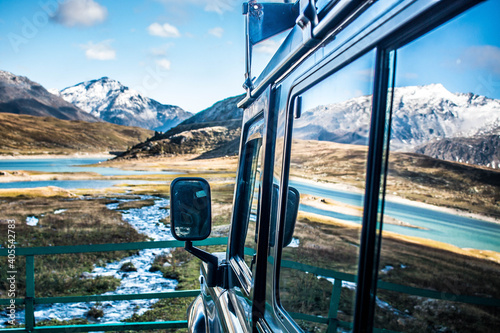 Photo Landrover defender Overlooking mountains and river