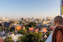 Moine Bouddhiste Observant Le Coucher De Soleil Sur Bangkok, Thaïlande