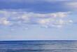 klares meer und wolkige himmel