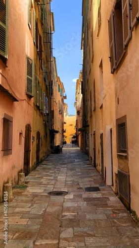 Obraz na płótnie Narrow Alley Amidst Buildings In City