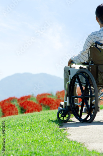Fotografiet 車椅子に乗るシニア男性