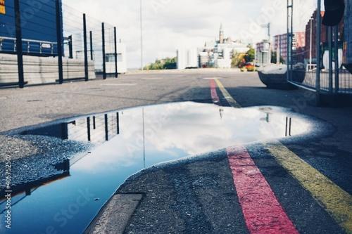 Fotografia Empty Road Against Sky In City