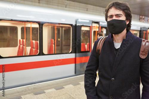 Pendler als Fahrgast mit Gesichtsmaske wartet auf U-Bahn