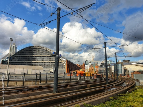 Carta da parati Tram Railroad Tracks Against Sky At Deansgate Castlefield Manchester Tram Statio