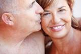 Ritratto stretto di coppia a torso nudo che si abbraccia e si coccola intimamente
