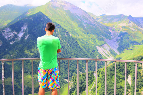Photo Young man looks at the mountains from the observation deck