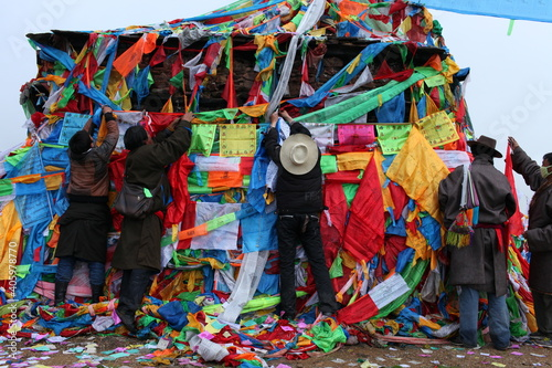 Foto Rear View Of Men Tying Prayer Flags On Built Structure