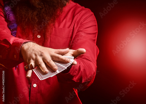 Photo Male magician with cards on dark background