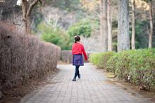 歩道を歩く少女の後ろ姿