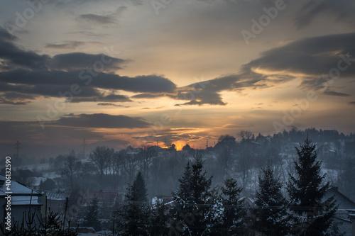 Fototapeta wschód słońca  w zimowej krajobrazie  obraz